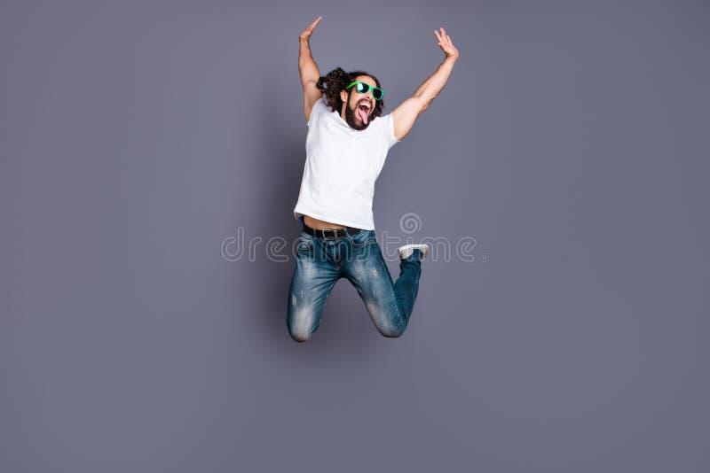 Portrait intégral de vue de taille du corps à lui il aux cheveux ondulés gai gai attrayant insouciant négligent fol frais gentil photo libre de droits