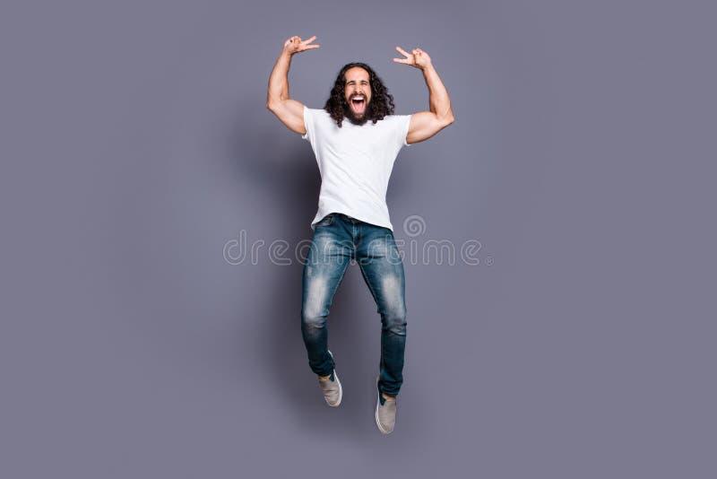 Portrait intégral de vue de taille du corps à lui il v-signe aux cheveux ondulés gai gai attrayant fou frais gentil d'apparence d photos libres de droits