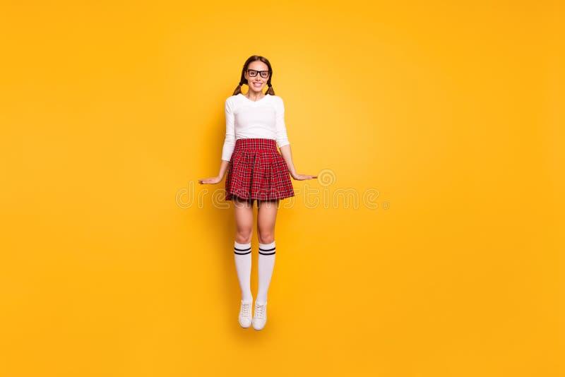 Portrait intégral de vue de taille du corps du beau port gai gai mince féminin attrayant joli de fille image libre de droits