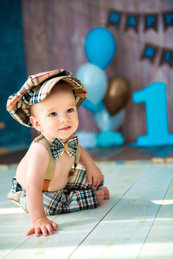 Portrait intégral en gros plan d'un monsieur de petit garçon dans un rétro costume avec des bretelles, dans un chapeau et un noeu images stock
