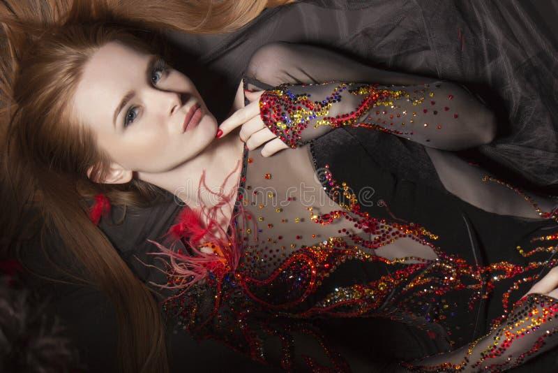 Portrait intéressant d'une fille de gingembre dans une robe avec les étincelles a photographie stock libre de droits