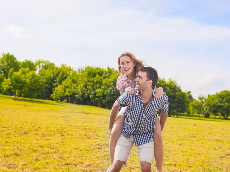 Portrait jeunes des couples caucasiens heureux et gais Piggybacki images libres de droits