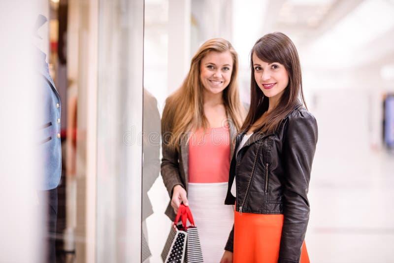 Portrait lèche-vitrines de deux de beau femmes photographie stock