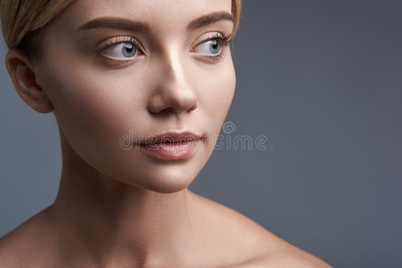 Portrait laconique de femme calme examinant la distance photographie stock libre de droits