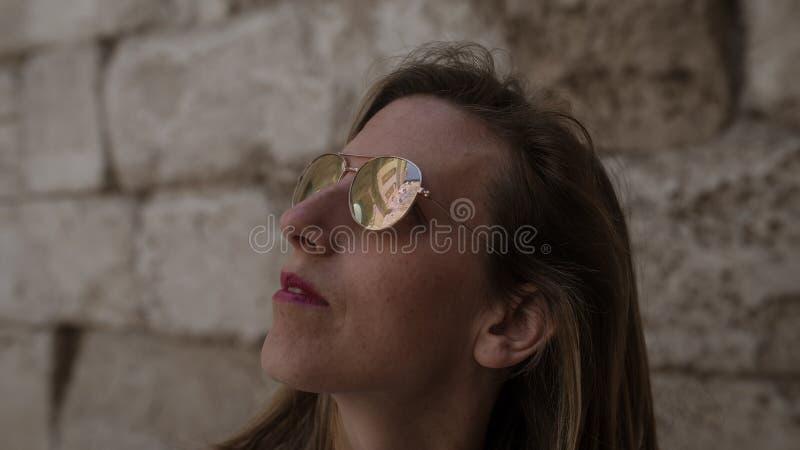 Portrait latéral d'une jeune femme visitant le pays image libre de droits