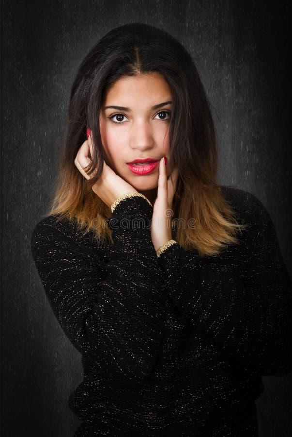Portrait latin hispanique et contact de fille images stock