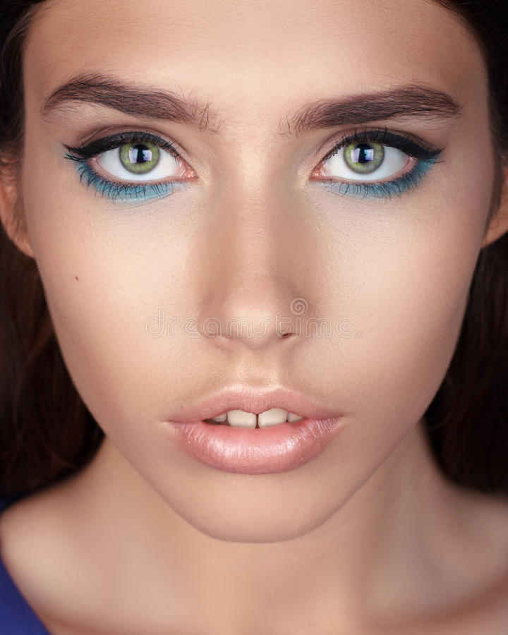 Portrait magnifique d'une belle jeune femme photographie stock libre de droits