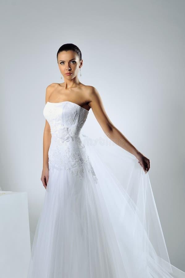 Portrait magnifique de jeune mariée posant dans le studio photographie stock