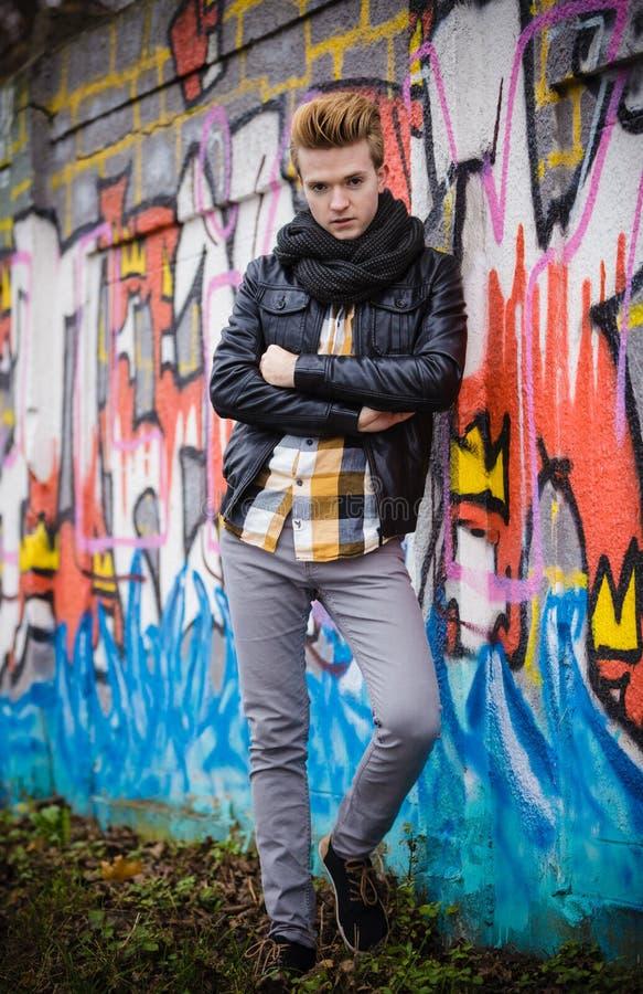Portrait masculin de mode sur le mur de graffiti photographie stock libre de droits