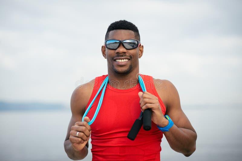 Portrait masculin motivé réussi d'athlète images libres de droits
