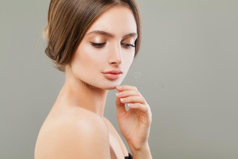 Portrait mignon de femme, soins de la peau et concept facial de traitement photo stock