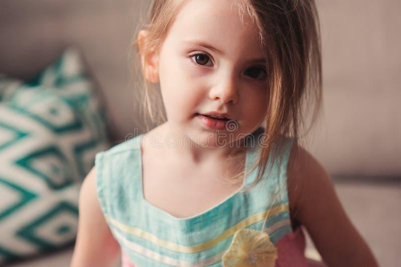 Portrait mignon de fille d'enfant en bas âge à la maison photo libre de droits