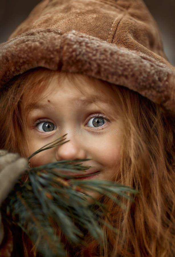 Portrait mignon de petite fille dans une forêt de ressort au jour nuageux photos libres de droits
