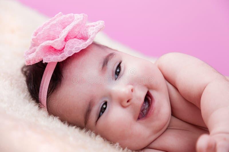 Portrait mignon, joli, heureux, potelé de bébé avec un grand sourire, riant images stock