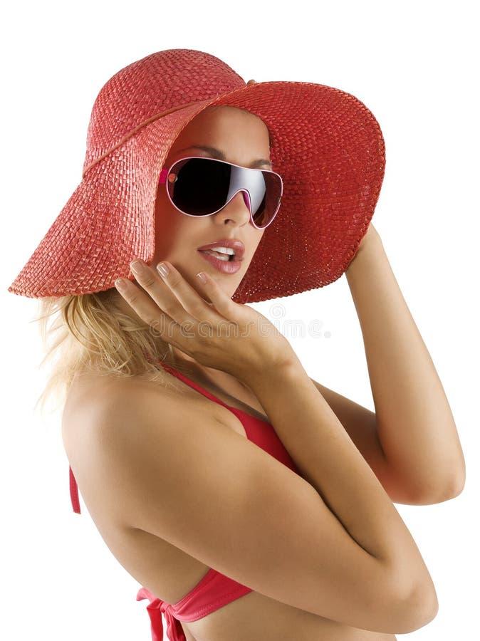Portrait mit rotem Hut und Sonnenbrillen lizenzfreie stockbilder