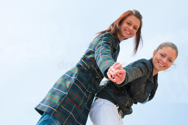 Portrait mit zwei jungen Mädchen über Himmel stockbild