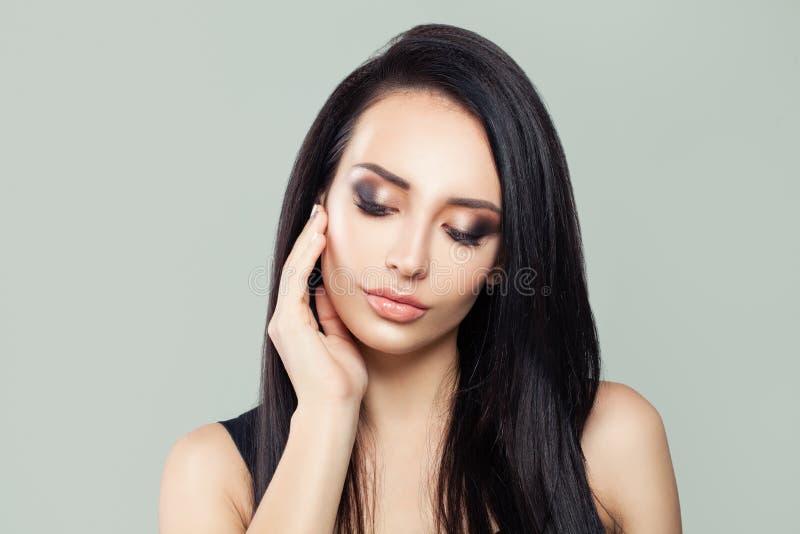 Portrait modèle de femme de brune de beauté photographie stock libre de droits