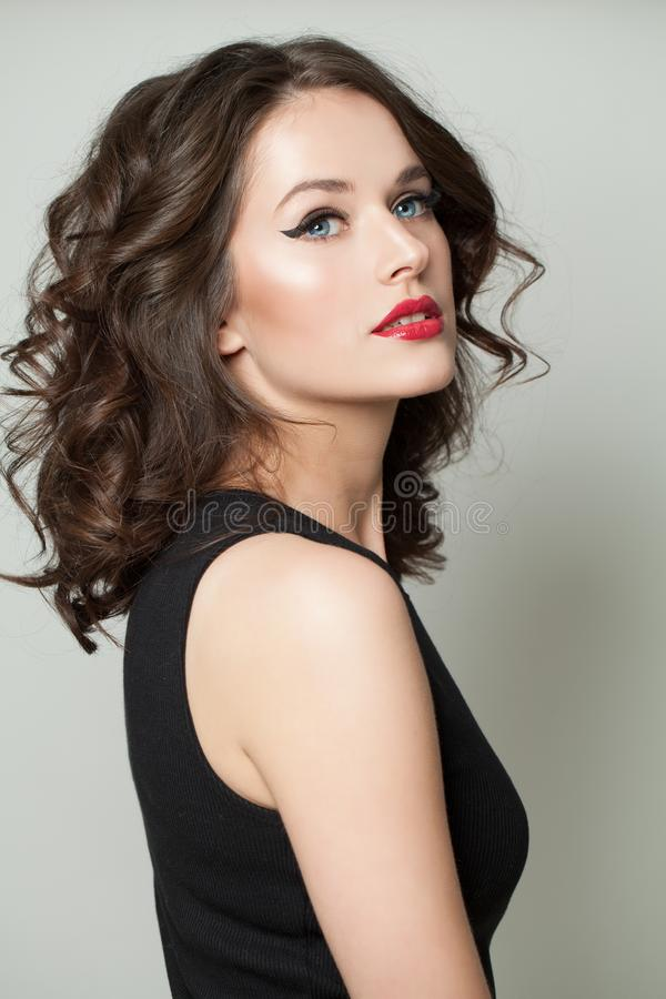 Portrait modèle gentil de fille Femme attirante avec le maquillage et le portrait bouclé brun de coiffure photographie stock