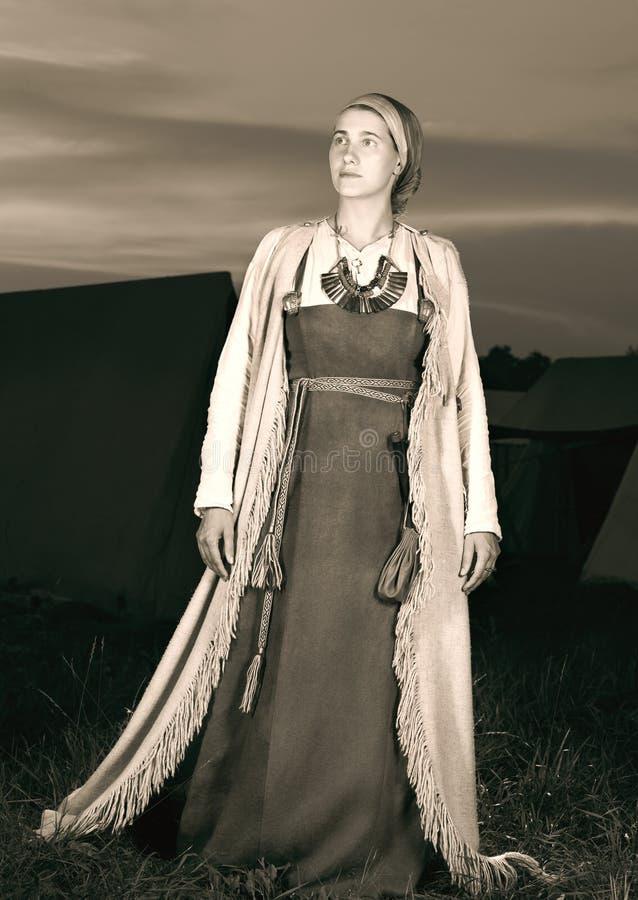 Portrait modifié la tonalité dans intégral d'une jeune femme dans le costume historique image libre de droits