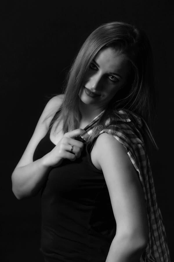 Portrait monochrome de belle jeune femme photographie stock libre de droits