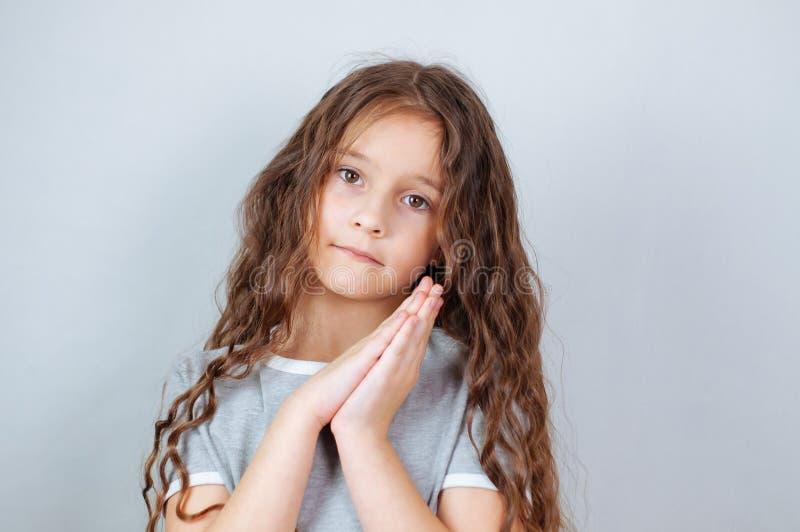 Portrait ?motif de studio d'une petite fille s?rieuse avec de longs cheveux photos libres de droits