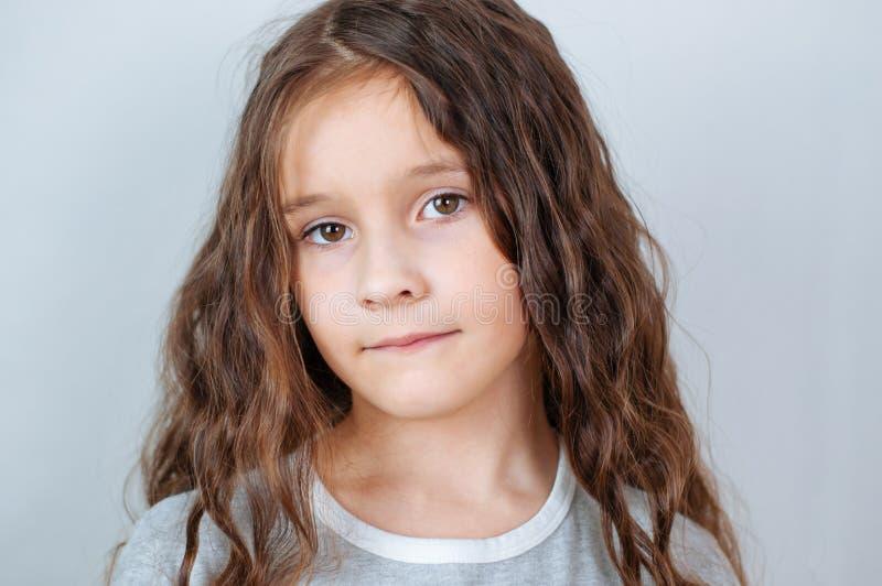 Portrait ?motif de studio d'une petite fille s?rieuse avec de longs cheveux image libre de droits