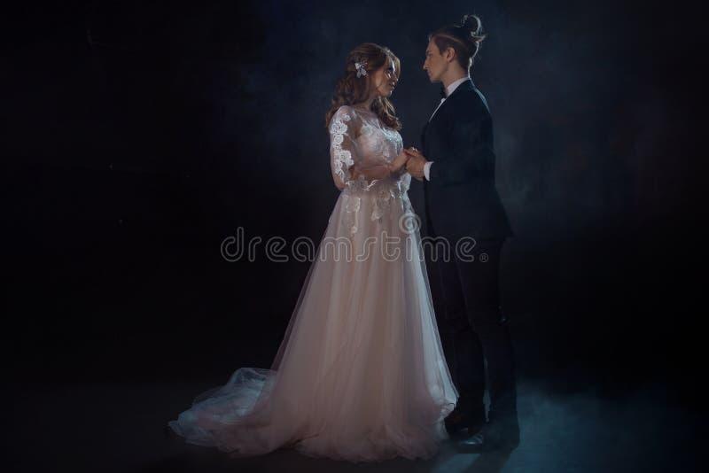 Portrait mystérieux romantique des jeunes mariés Discret, type et fille regardez l'un l'autre avec amour photos libres de droits