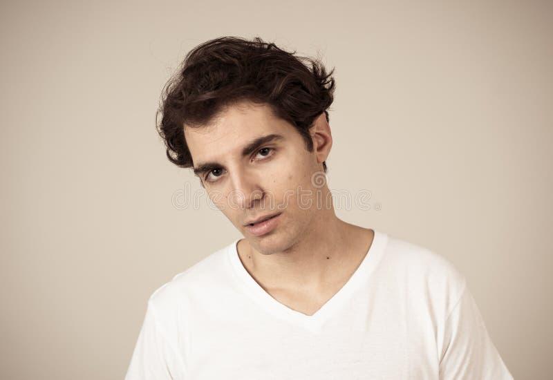 Portrait naturel d'un jeune homme d'une vingtaine d'années qui a l'air et pose avec une expression neutre du visage photos stock