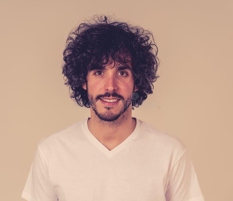 Portrait naturel d'un jeune homme d'une vingtaine d'années qui a l'air et pose avec une expression neutre du visage photographie stock