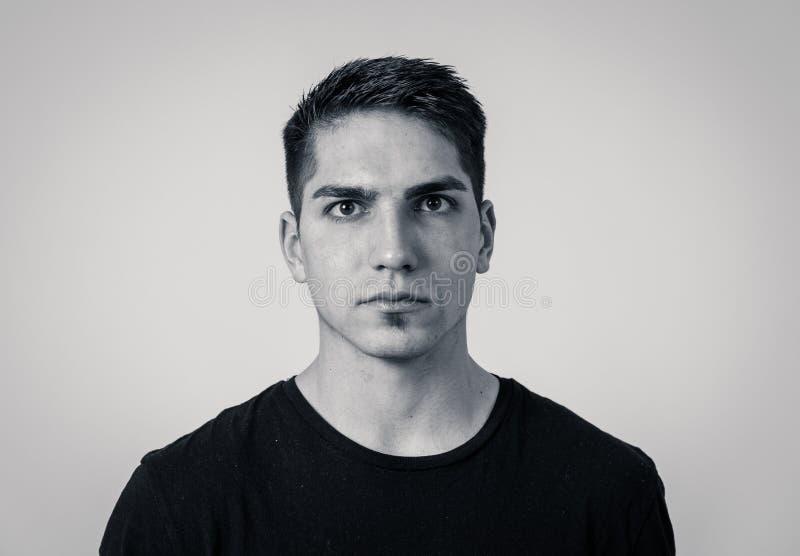 Portrait naturel de jeune homme attirant dans son 20s regardant et posant avec l'expression neutre de visage photos stock