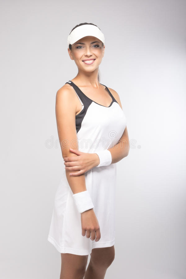Portrait naturel de joueur de tennis caucasien de sourire heureux dans pro photo stock