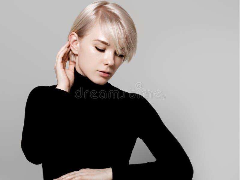 Portrait naturel de la belle femme dans la chemise rayée photo stock