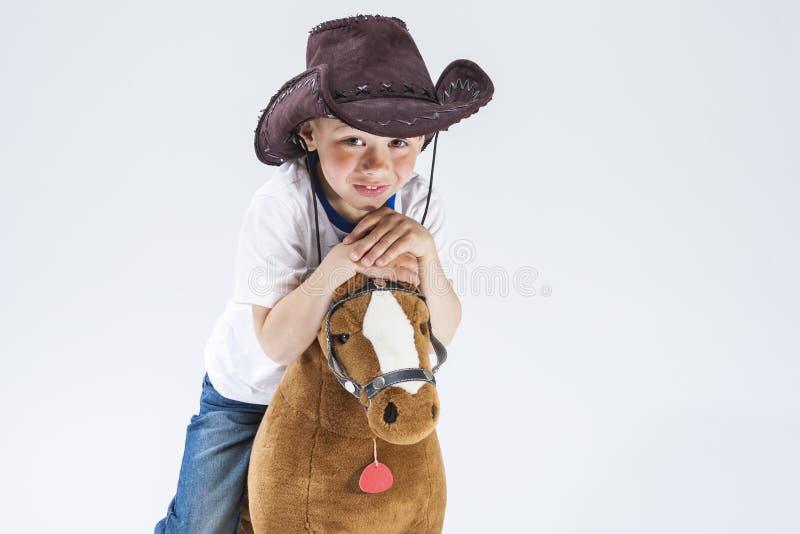 Portrait naturel du sourire heureux et Glad Caucasian Little Boy dans le cowboy Clothing photo stock