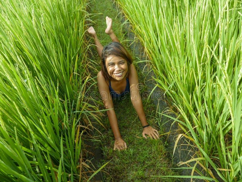 Portrait naturel et frais de la jeune fille asiatique d'insulaire heureux et exotique d'Indonésie souriant pose gaie et enthousi photos stock