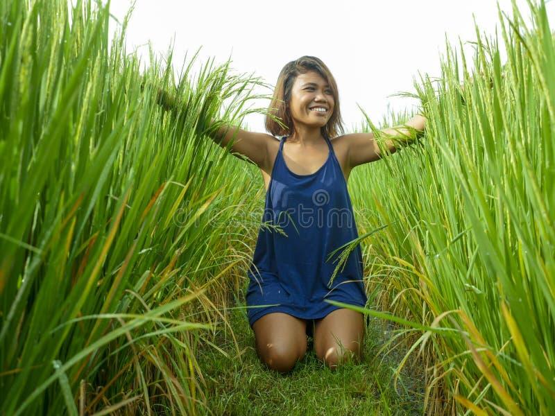 Portrait naturel et frais de la jeune fille asiatique d'insulaire heureux et exotique d'Indonésie souriant pose gaie et enthousi photo libre de droits