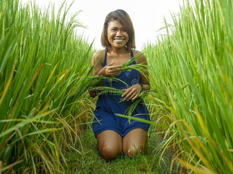 Portrait naturel et frais de la jeune fille asiatique d'insulaire heureux et exotique d'Indonésie souriant pose gaie et enthousi image libre de droits