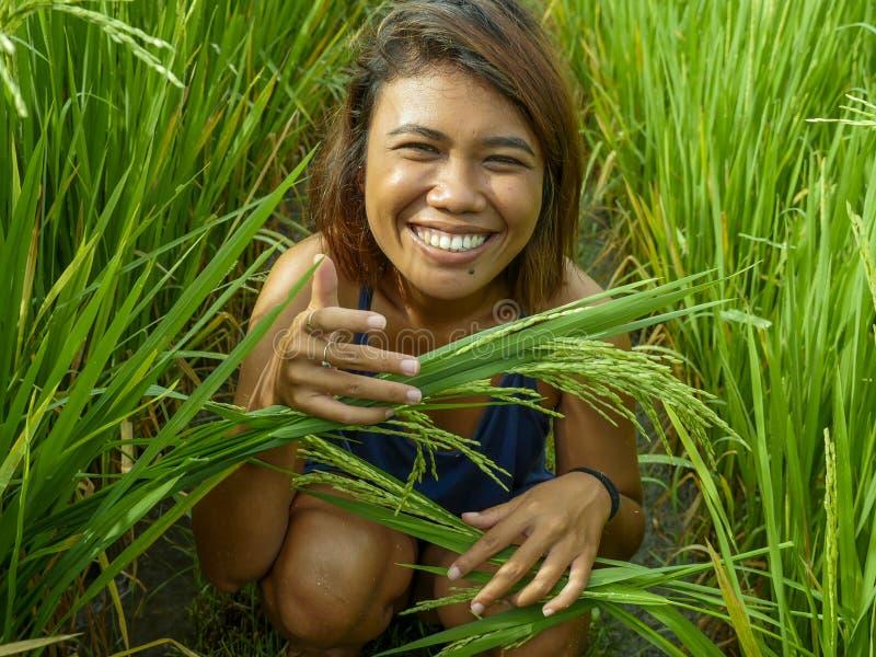 Portrait naturel et frais de la jeune fille asiatique d'insulaire heureux et exotique d'Indonésie souriant pose gaie et enthousi image stock