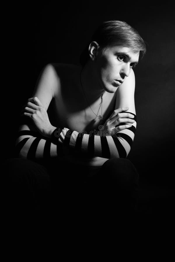 Portrait noir et blanc d'un jeune homme seul photo libre de droits