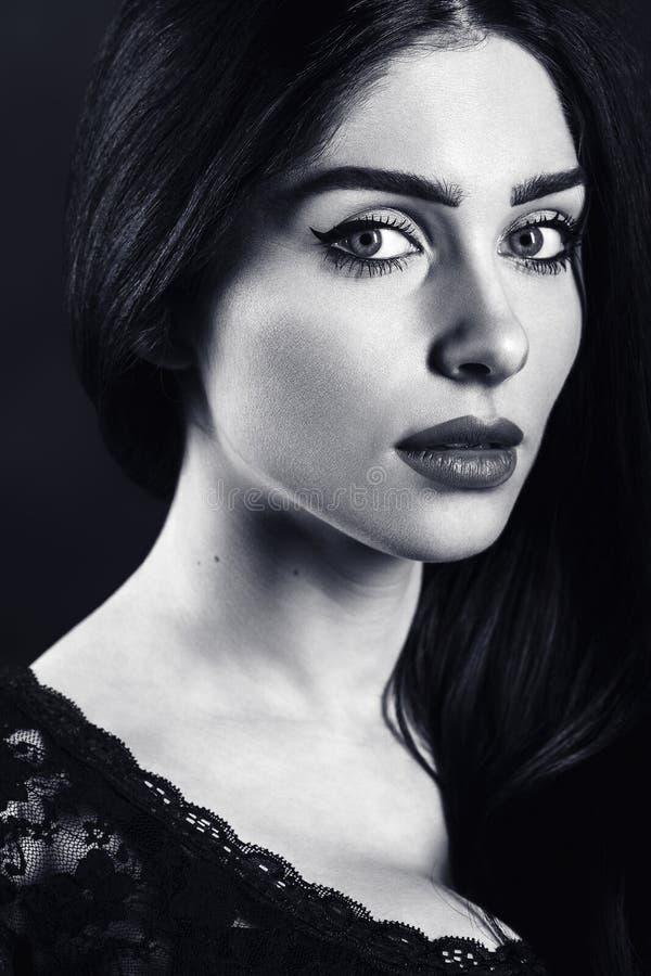 Portrait noir et blanc d'une belle brune femelle photo libre de droits