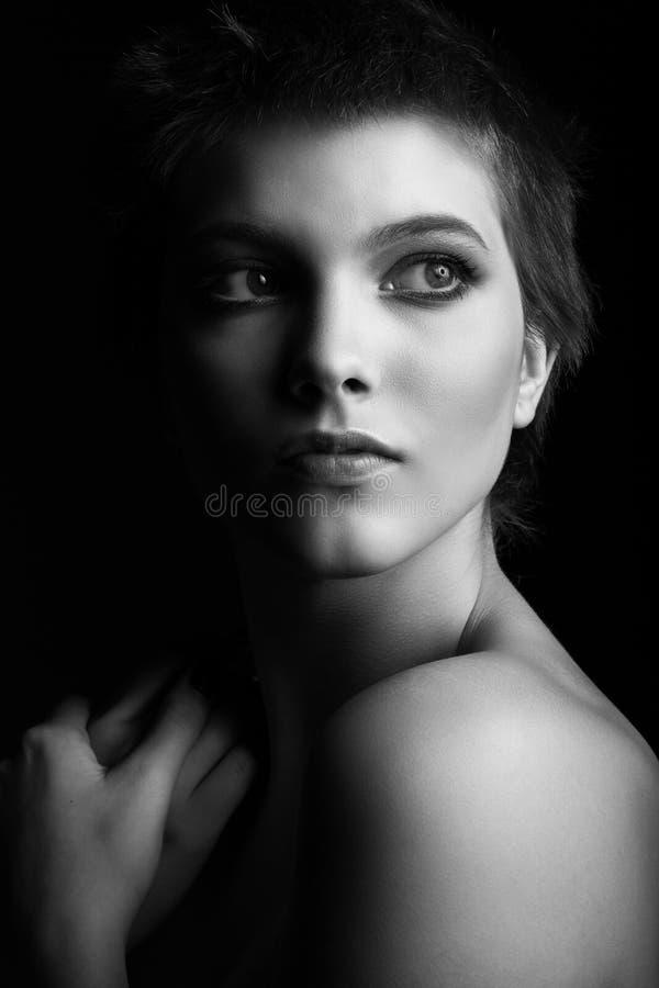 Portrait noir et blanc d'une belle fille de l'adolescence photos libres de droits