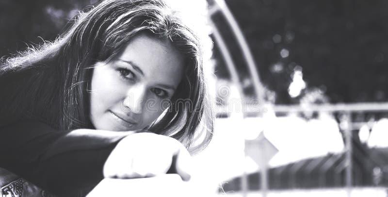 Portrait noir et blanc d'une belle jeune femme de style rétro images libres de droits