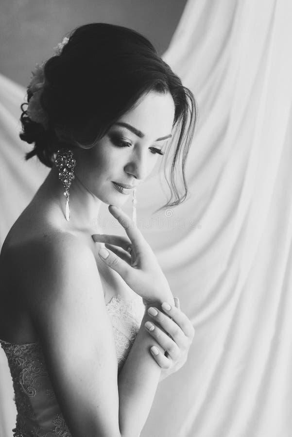Portrait noir et blanc d'une belle jeune mariée image stock