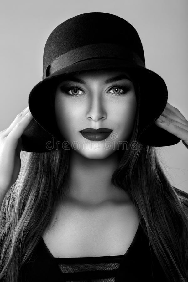 portrait noir et blanc de belle femme sexy dans le chapeau noir photo stock image du lifestyle. Black Bedroom Furniture Sets. Home Design Ideas