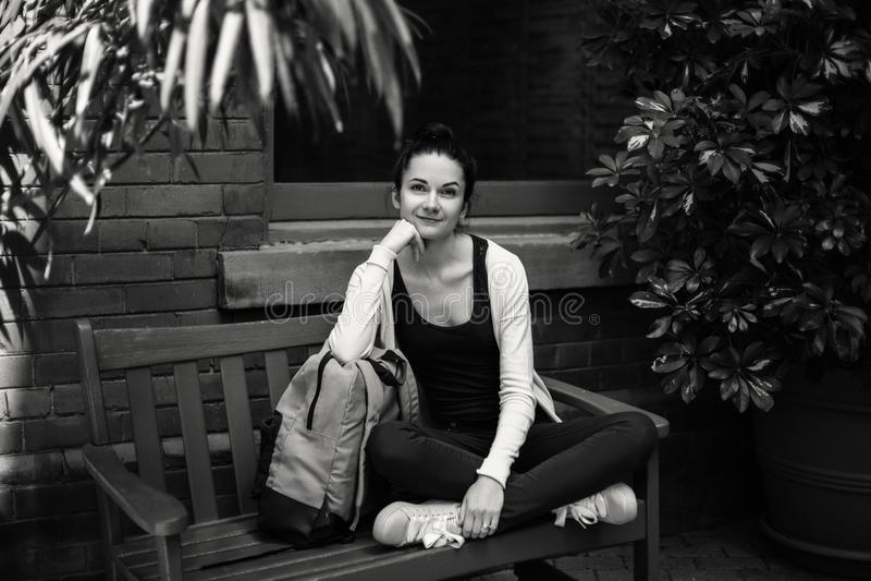 Portrait noir et blanc de belle jeune étudiante caucasienne de brune photos libres de droits