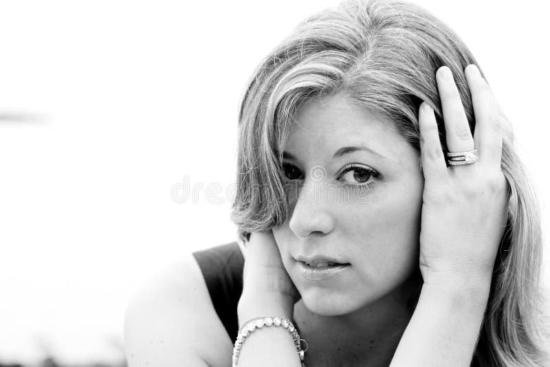Portrait noir et blanc de femme blonde photographie stock libre de droits