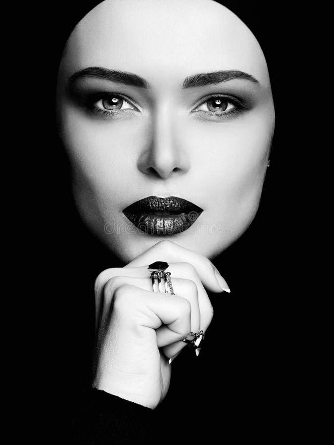 Portrait noir et blanc de femme dans le hijab photos libres de droits