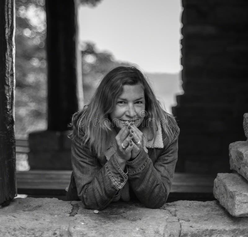 Portrait noir et blanc de femme naturelle photographie stock