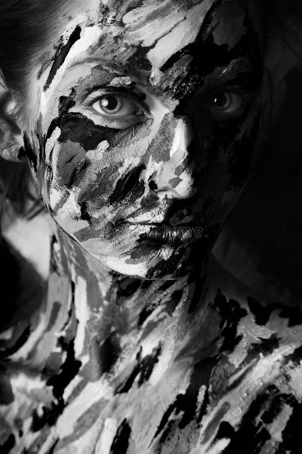 Portrait noir et blanc de femme sexy dans des courses de peinture photo libre de droits