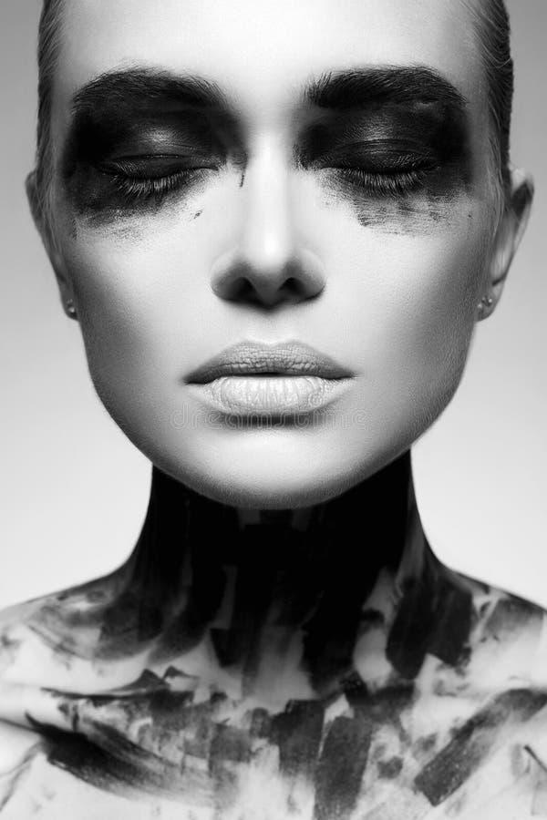 Portrait noir et blanc de fille en peinture noire photo libre de droits