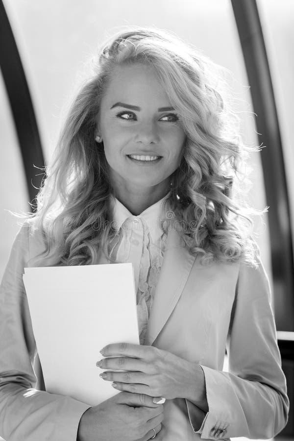 Portrait noir et blanc de jeune belle dame de sourire d'affaires images stock